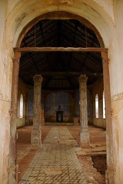 Detalhe da porta da antiga igreja